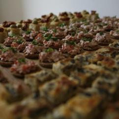 Suppilovahveropiirakkaa, palttoonapit suolaliha täytteellä ja oliivi-aurinkokuivattu-foccacia