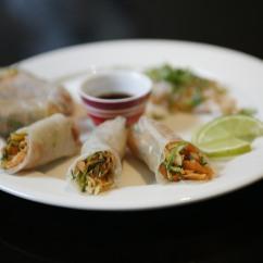 Aasialaiset riisipaperirullat ja chili-valkosipuli katkaravut
