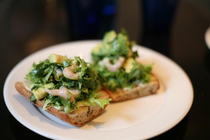 Avocado-katkarapu -leipä