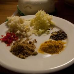Palak Paneerin mausteet: valkosipulia, inkivääriä, chiliä, garam masalaa, kurkumaa ja kardemummaa